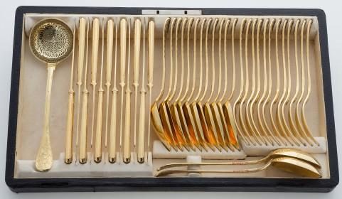Komplet sztućców deserowych na 12 osób z herbem Pilawa-Wil6260, kaseta-wil6261.jpg