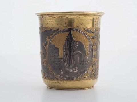 Komplet sztućców ze srebra złoconego z dekoracją niellowaną, wil6262-kubek.jpg