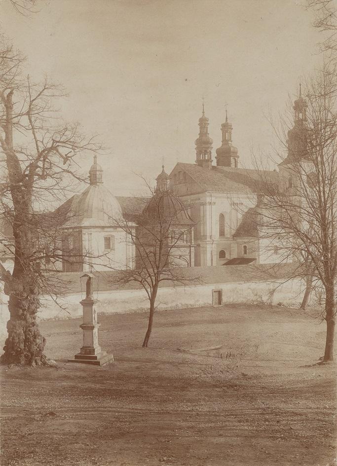 KALWARIA ZEBRZYDOWSKA - kościół Matki Boskiej Anielskiej [obecnie bazylika mniejsza], Bernardynów - widok ogólny bryły z kierunku południowo-zachodniego.jpg