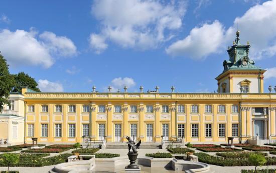 Zadanie dla przyrodnika 7. Niebo z chmurami nad pałacem. Fot. Wojciech Holnicki.jpg