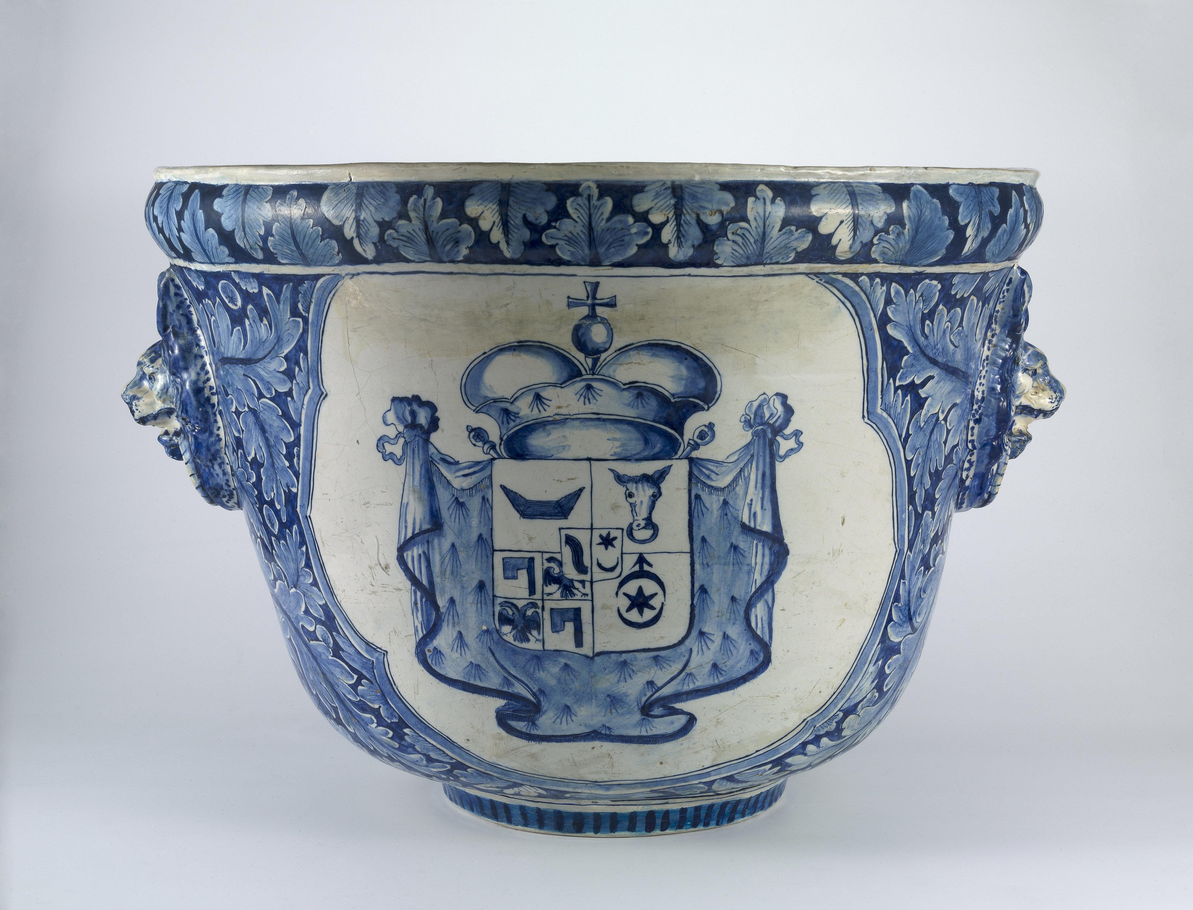 Niebieska waza ogrodowa z herbem Sieniawskiej