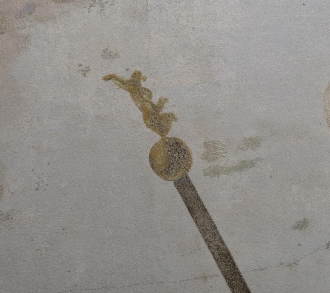 Laska zwieńczona kulką i złotą figurką