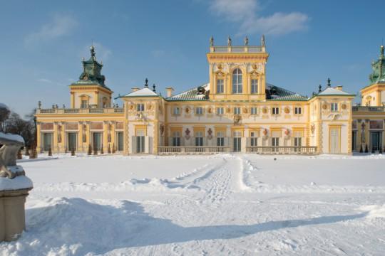 Przed pałacem wilanowskim od strony ogrodu leży śnieg