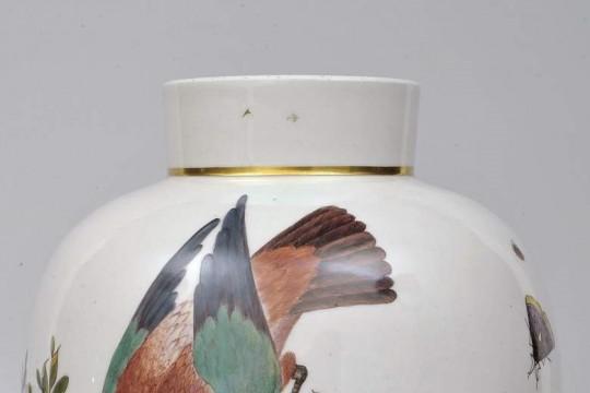 Wazon z trzema malowanymi ptakami inspirowanym najprawdopodobniej papugą, rudzikiem i kwiczołem