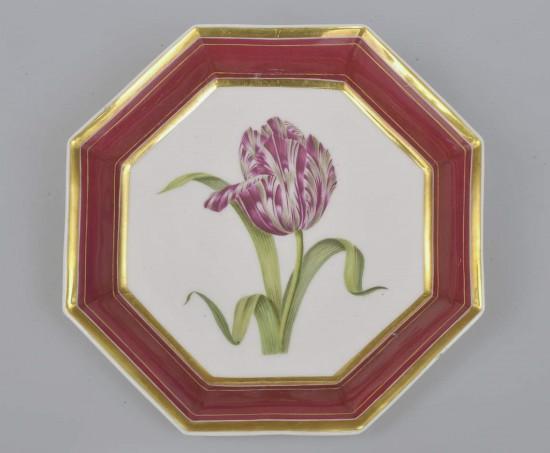 """Porcelanowa tacka z tulipanem wzorowanym na grafice z albumu """"Flora danica"""""""