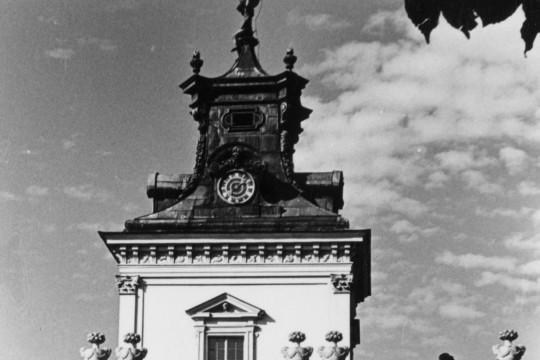 Fragment skrzydła bocznego pałacu. Część z wieżą.