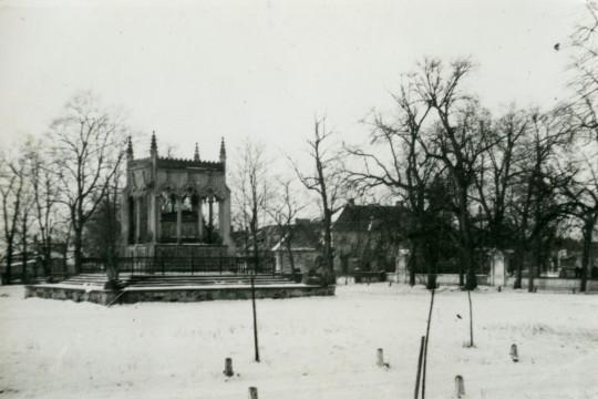 Mauzoleum Aleksandry i Stanisława Potockich zimą.