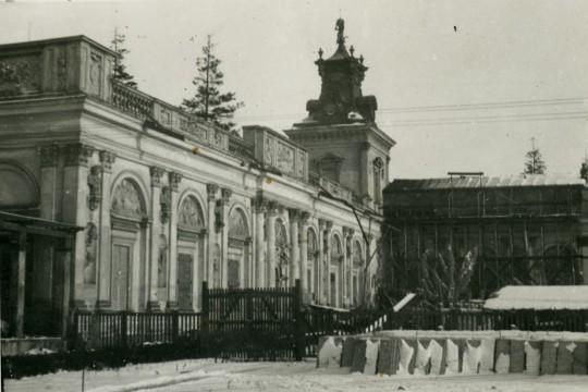 Zima. Fragment skrzydła bocznego pałacu. Przy fasadzie w części centralnej pałacu stoi rusztowanie.