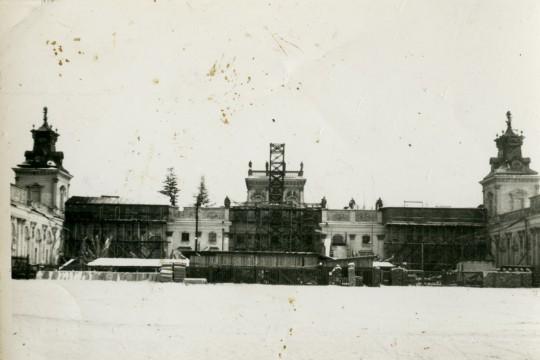 Pałac w remoncie. Korpus główny z rusztowaniem. Zdjęcie podniszczone, pełne brązowych plam.