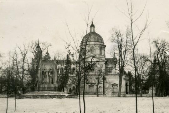 Zima. Kościół świętej Anny. Przed nim Mauzoleum Potockich.