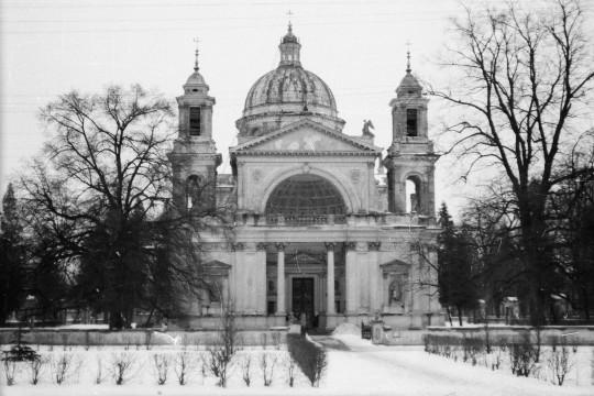 Zima. Kościół Świętej Anny. Widok na wejście główne.
