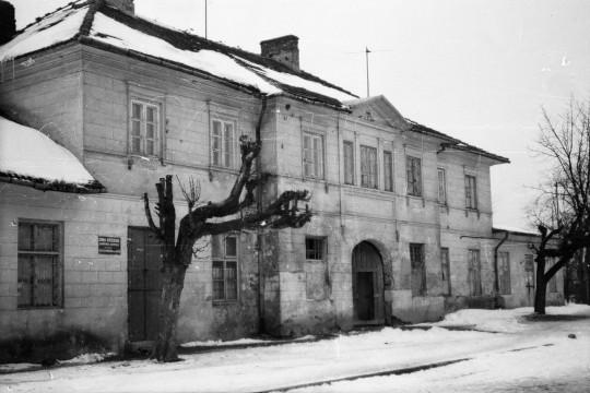 Zima. Jednopiętrowy budynek