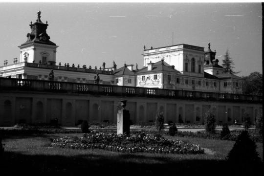 Ujęcie na pałac z tarasu dolnego. Na pierwszym planie ogród, na drugim – pałac.