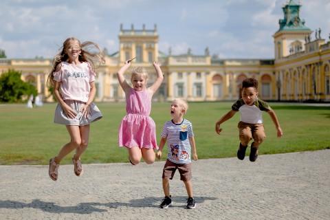dzieci, pałac, lato, dziedziniec.jpg
