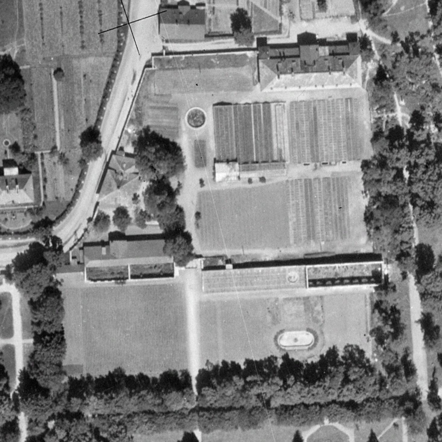 Zniszczone oranżeria, figarnia i wilanowskie ogrodnictwo na zdjęciu lotniczym w 1945