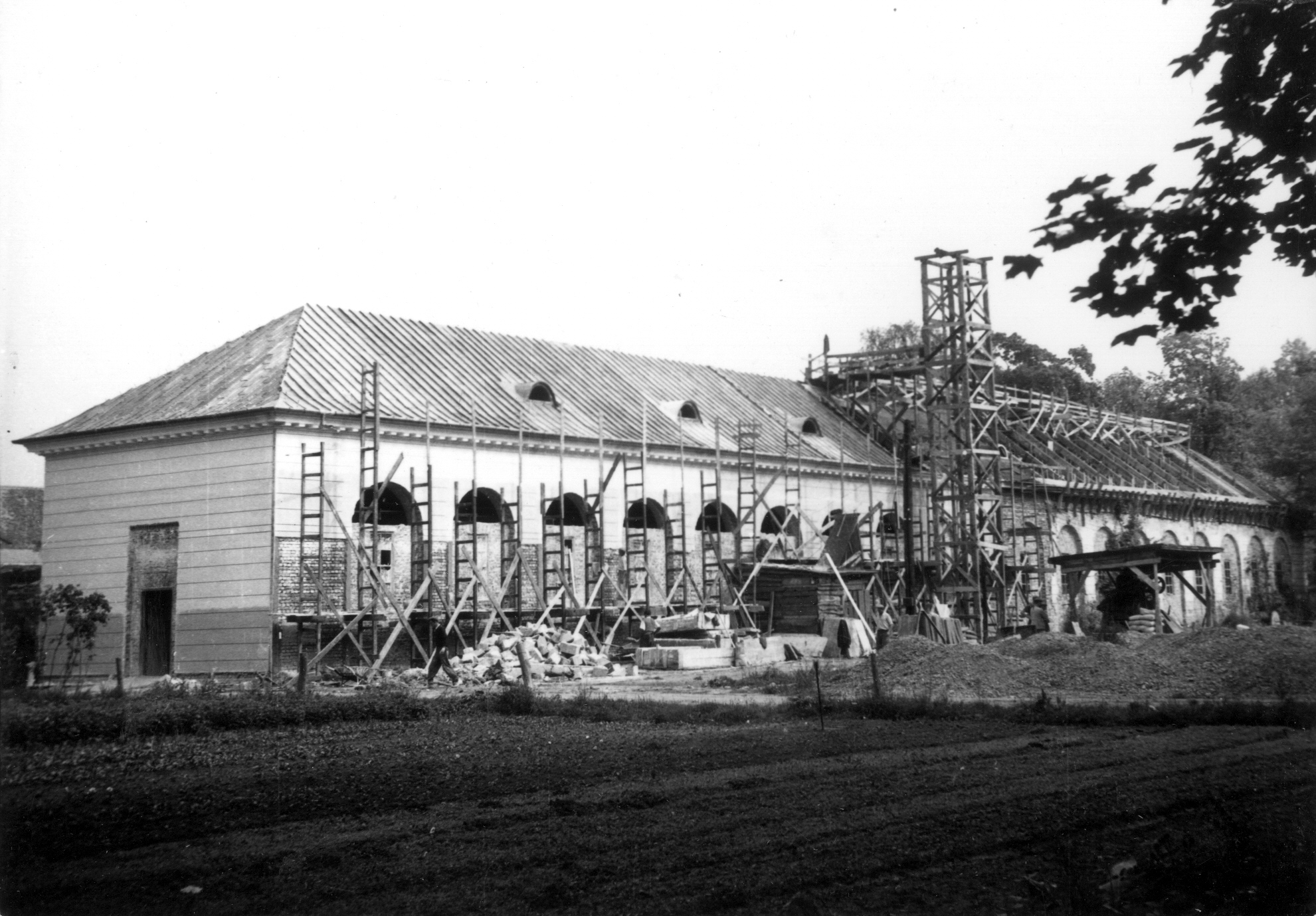 Widok na południowo-zachodnią stronę odbudowywanej oranżerii w Wilanowie w 1957 roku