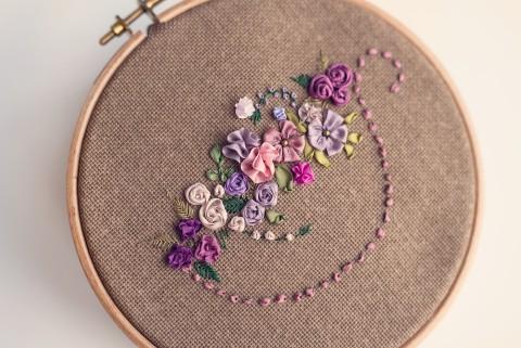 Haft wstążeczkowy, FIlizanka kwiatow.jpg