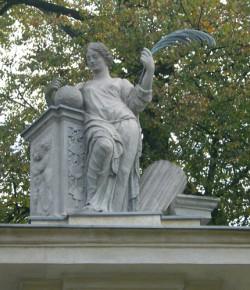 Alegoria Pokoju - rzeźba na bramie głównej pałacu w Wilanowie