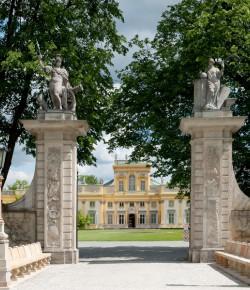 Brama prowadząca do pałacu w Wilanowie
