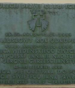 Tablica 300. rocznicy odsieczy wiedeńskiej w kapliczce przy kościele podominikańskim w Wielkich Oczach, fot. J. Mazur