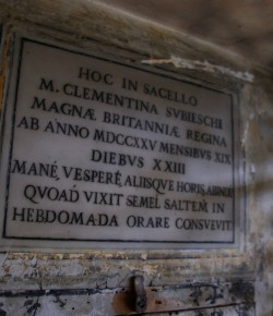 Tablica upamiętniająca pobyt i modlitwę Marii Klementyny w bazylice św. Cecylii